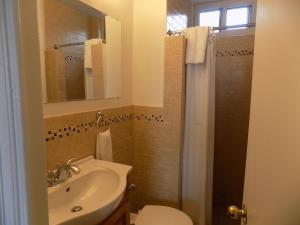 A bathroom at Riverside Tower Hotel