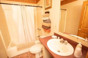 A bathroom at Blue Spruce Motel