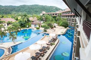 Вид на бассейн в Alpina Phuket Nalina Resort & Spa или окрестностях