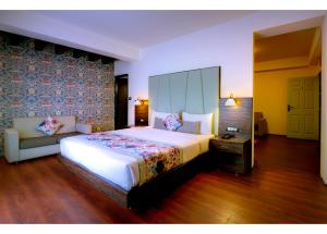 A bed or beds in a room at Udaan Woodberry Hotel & Spa