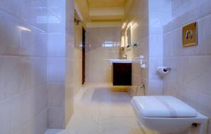 A bathroom at Udaan Woodberry Hotel & Spa