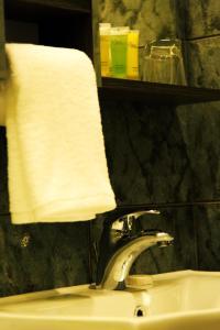 Een badkamer bij Shams Alweibdeh Hotel Apartments