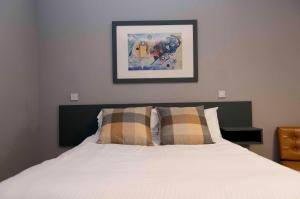 A bed or beds in a room at Citi Hotel Aberdeen