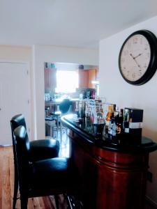 The lounge or bar area at Pleasant Place Rooms