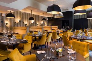 A restaurant or other place to eat at Hotel L'Arbre Voyageur - BW Premier Collection - LILLE