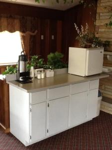 A kitchen or kitchenette at Caronoda Motel