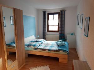 A bed or beds in a room at Ferienwohnung am Schwarzwasser