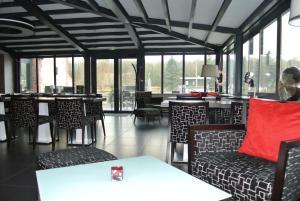 A restaurant or other place to eat at La Villa de l'Ecluse