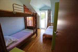 Двухъярусная кровать или двухъярусные кровати в номере Apartment Beach