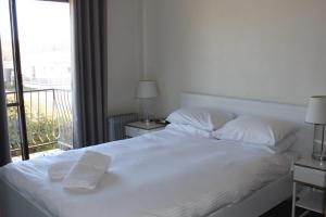 A bed or beds in a room at Thowra Seven - Warm, comfortable accommodation 45 mins from the snow