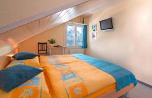 A bed or beds in a room at Eiger Guesthouse