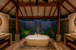 Salle de bains dans l'établissement Baros Maldives