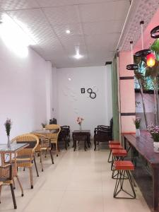 A restaurant or other place to eat at Sunshine Hostel 3 Huế