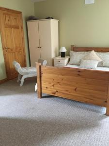 A bed or beds in a room at Heeneys Lodge B&B