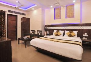 A bed or beds in a room at Hotel Stay Well Dx