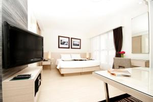 A television and/or entertainment center at Classic Kameo Hotel & Serviced Apartments, Ayutthaya