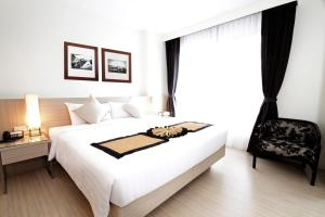 A bed or beds in a room at Classic Kameo Hotel & Serviced Apartments, Ayutthaya