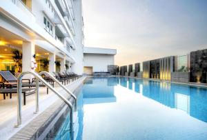 The swimming pool at or near Classic Kameo Hotel & Serviced Apartments, Ayutthaya