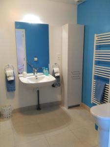 A bathroom at Les Gîtes du Vigneron et Cd'h