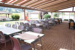 Ein Restaurant oder anderes Speiselokal in der Unterkunft Hôtel - Restaurant Le Manoir