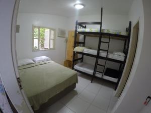 Uma ou mais camas em beliche em um quarto em On The Road Hostel Campeche