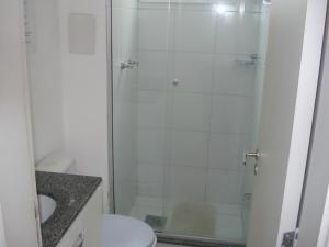 A bathroom at ARENA GREMIO.SUÍTE +2 D. ESTAC.WI-FI. AR.COND. TV.CABO