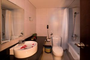 A bathroom at Vien Dong Hotel