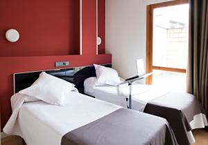 A bed or beds in a room at Hostal Un Punto Chic-Joaquin Costa