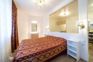 Кровать или кровати в номере ARSENIKA Home at Kremlin on Baumana