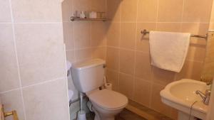 A bathroom at Rosegarth Guest House