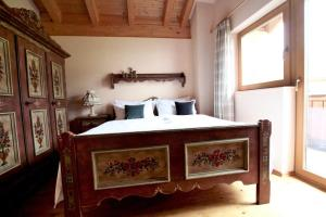 A bed or beds in a room at Chalet Melodie