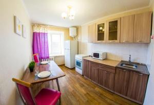 Кухня или мини-кухня в RENT-сервис Apartment Serova 26