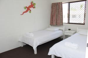 A bed or beds in a room at Noosa Sound Resort Noosaville