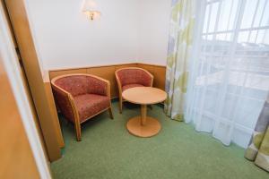Ein Sitzbereich in der Unterkunft Gasthof Strauß