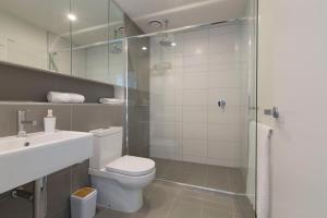 A bathroom at Brand new apt at the heart of South Melbourne