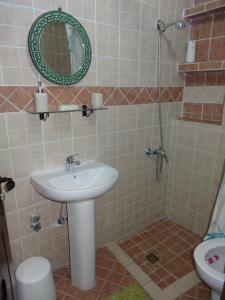 Salle de bains dans l'établissement Dar Swiar