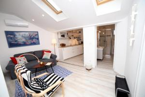 A seating area at Sweet Suite with free private parking
