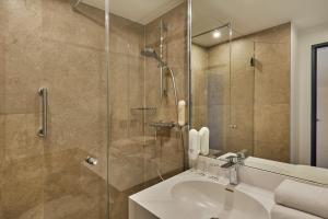 A bathroom at H+ Hotel Köln Brühl