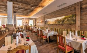 A restaurant or other place to eat at Hotel Alpenland