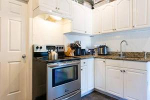A kitchen or kitchenette at Warm Cozy 1st Floor Apartment in Milford Close to Major Cities in Boston