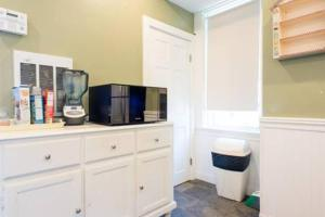 A television and/or entertainment center at Warm Cozy 1st Floor Apartment in Milford Close to Major Cities in Boston