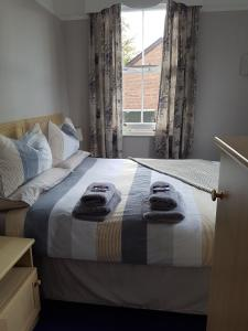 A bed or beds in a room at Alexandra Lodge Guest House
