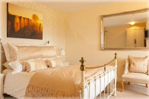 A bed or beds in a room at Norfolk Arms Hotel