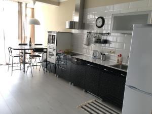 Кухня или мини-кухня в Apartments on Gornaya