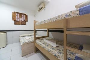 Uma ou mais camas em beliche em um quarto em Hotel Pousada da Praia