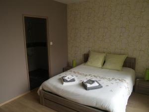 A bed or beds in a room at LES JARDINS DE LA GRANGE