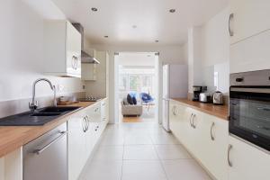 A kitchen or kitchenette at Sonder — Knightbridge