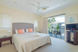 A bed or beds in a room at Colonial Resort Noosa