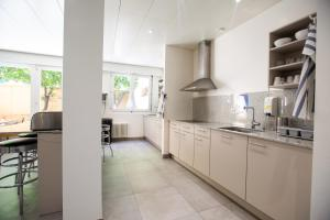 A kitchen or kitchenette at City Hostel Geneva