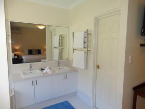 A bathroom at Pinda Lodge